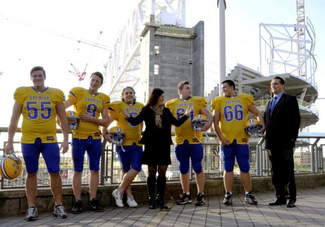 Ninna Engberg med spelare framför Stockholmsarenan